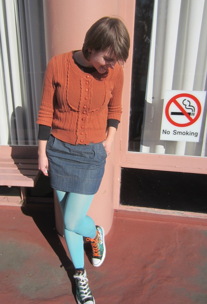 Jersey: trademe, skirt: trademe (glassons), tights: we love colors, shoes: converse